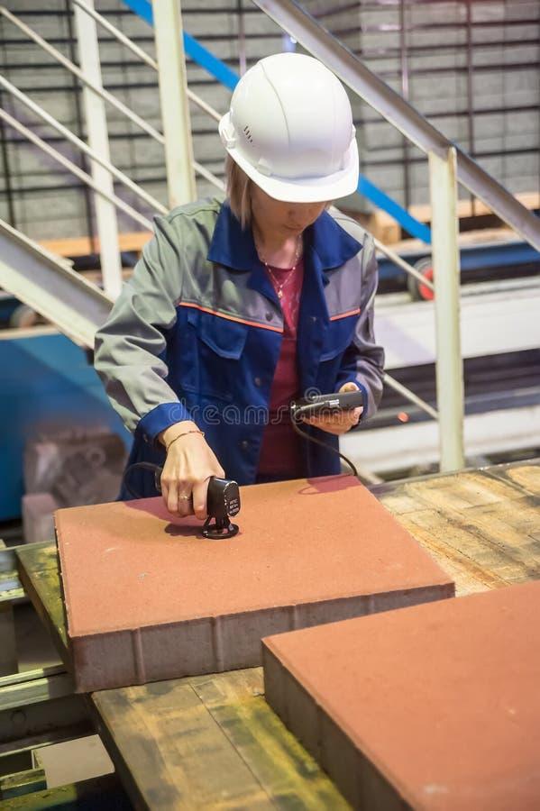 Инженер женщины с измеряющими приборами стоковые изображения