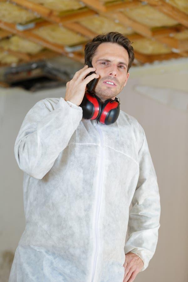 Инженер или техник на телефоне стоковая фотография rf