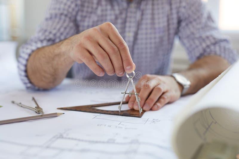 Инженер используя компас стоковые изображения