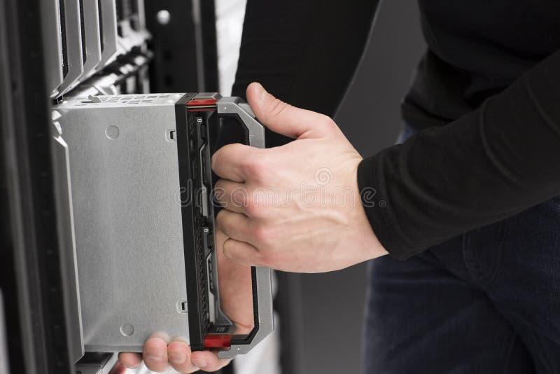 Инженер ИТ устанавливает сервера лезвия стоковое изображение