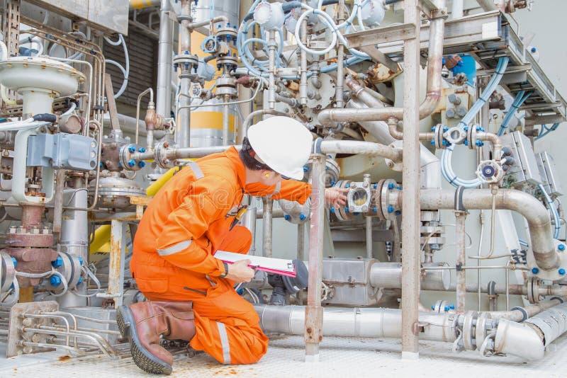 Инженер-механик проверяет и проверяет систему смазочного масла центробежного газового компрессора для контроля аномального состоя стоковая фотография rf