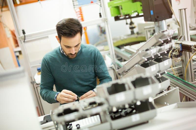 Инженер-механик работая на машинах стоковая фотография
