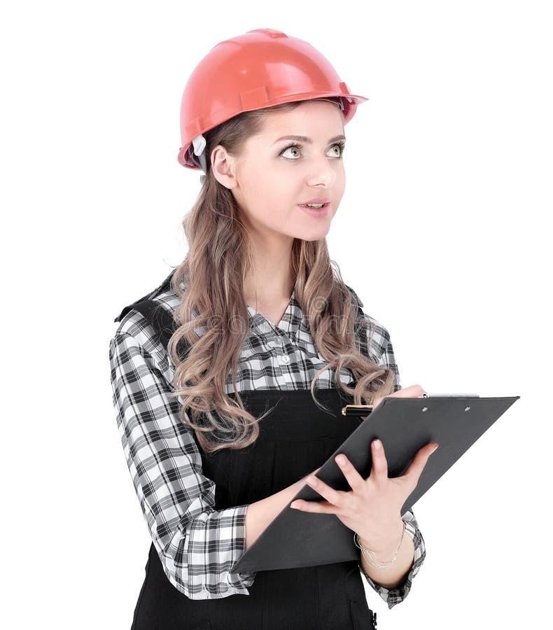 Инженер молодой женщины подписал документ Изолировано на белизне стоковые изображения rf