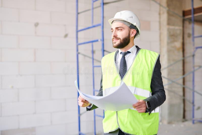 Инженер на месте конструкции стоковое фото
