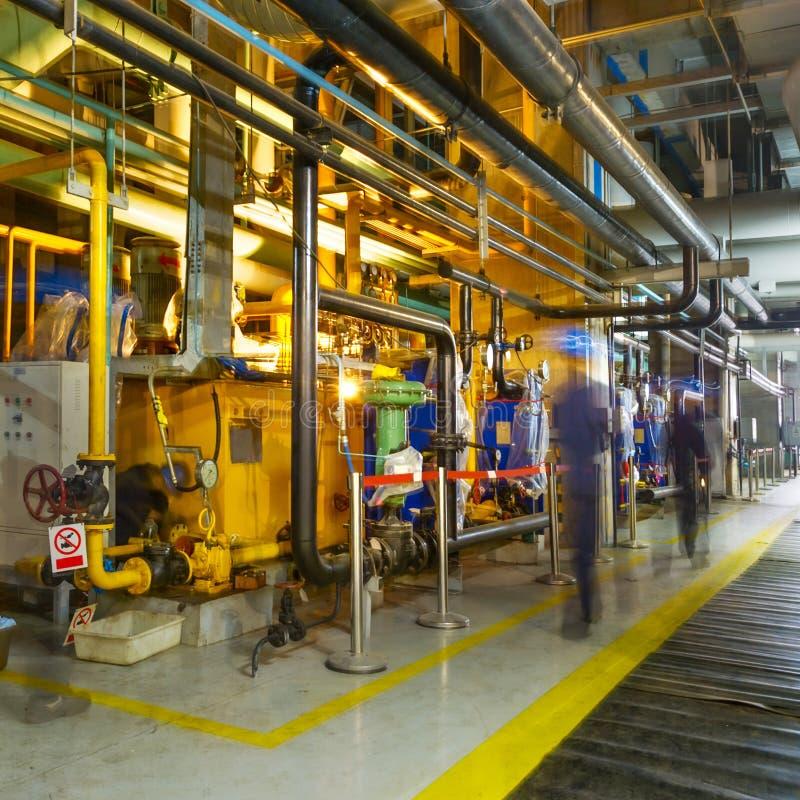 Инженер обслуживания проверяя технические данные оборудования системы отопления стоковое изображение