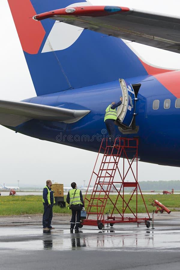 Инженер обслуживания раскрывает плоскую дверь стоковая фотография rf