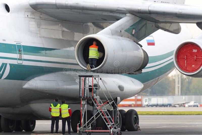 Инженер обслуживания служит реактивный двигатель стоковая фотография rf