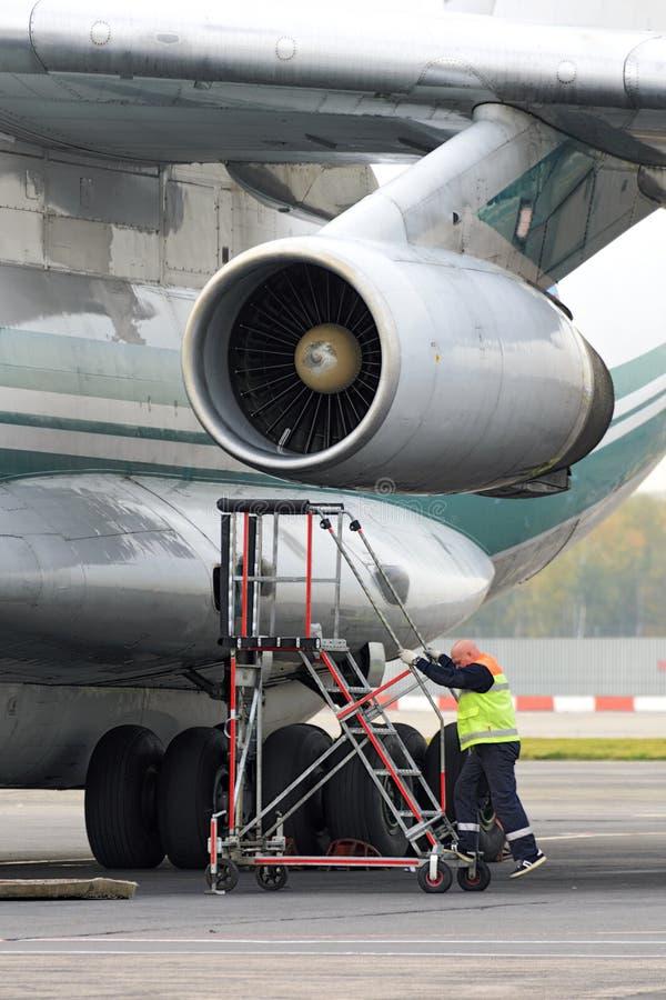 Инженер обслуживания служит реактивный двигатель стоковое изображение