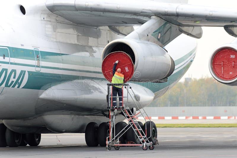 Инженер обслуживания служит реактивный двигатель стоковые фотографии rf