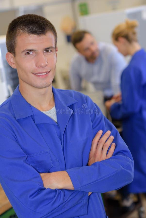 Инженер подмастерья портрета представляя скрещивание подготовляет в лаборатории стоковая фотография