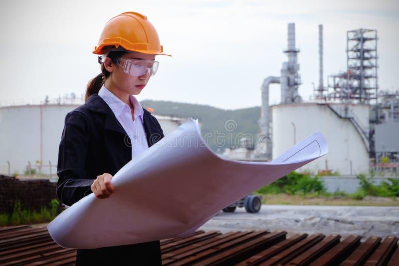 Инженер проверяет план с большой предпосылкой индустрии стоковое фото rf