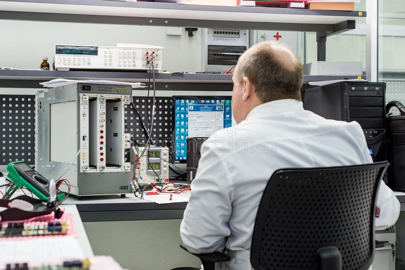 Инженер проводит испытание законченных электронных модулей Лаборатория для испытывать и регулировки электронного стоковые изображения rf