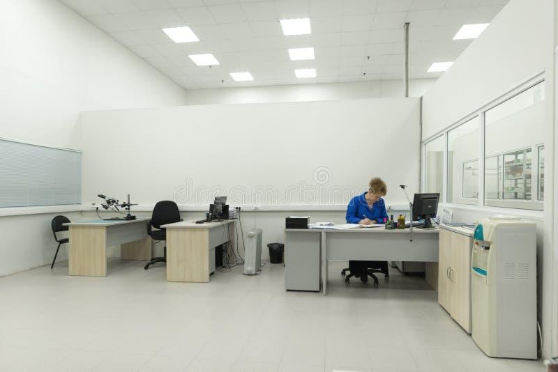 Инженер проводит испытание законченных электронных модулей Лаборатория для испытывать и регулировки электронного стоковая фотография