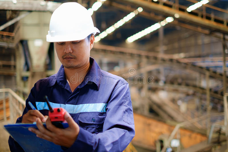 Инженер работая в процессе производственной линии стоковые изображения