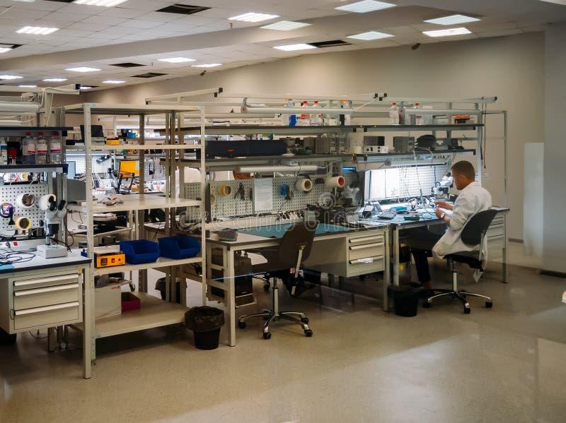 Инженер ремонтирует радиотехническую аппаратуру в пункте обслуживания стоковые изображения rf