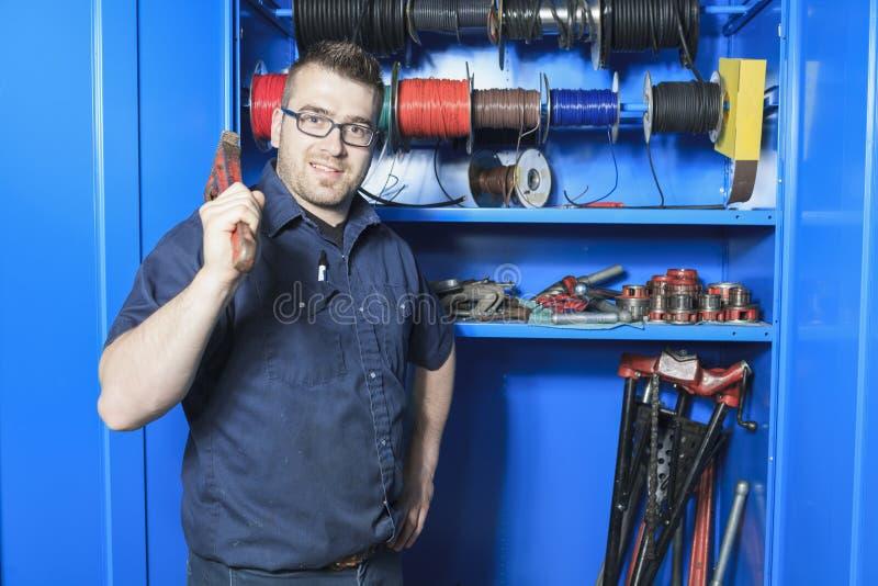 Инженер ремонтника технической системы огня или стоковая фотография