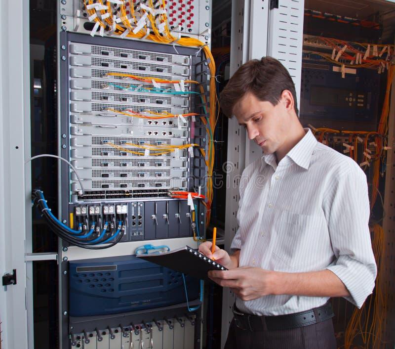 Инженер сети в комнате сервера