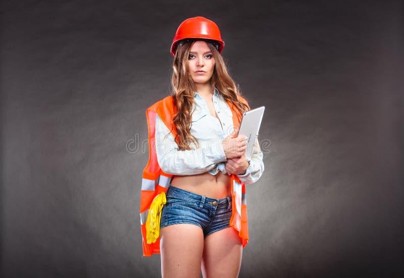 Девушка инженер-строитель
