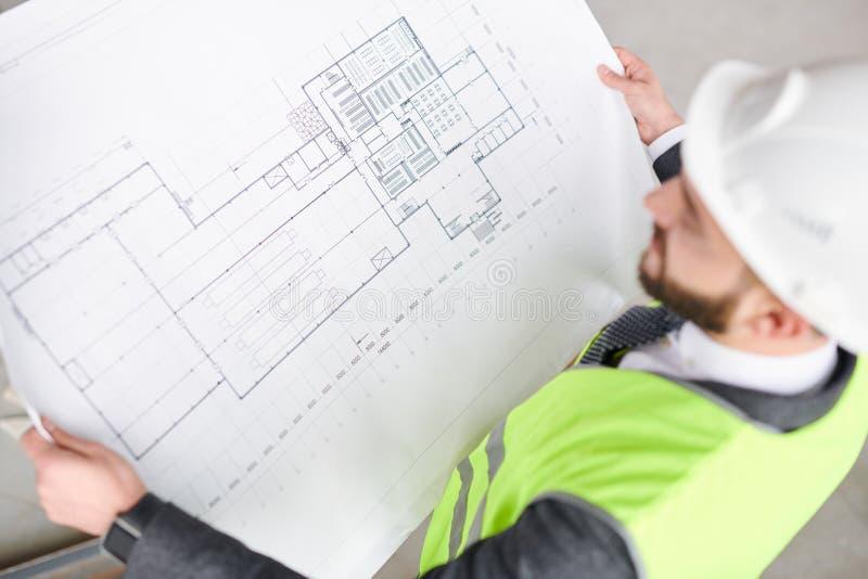 Инженер с эскизом стоковая фотография