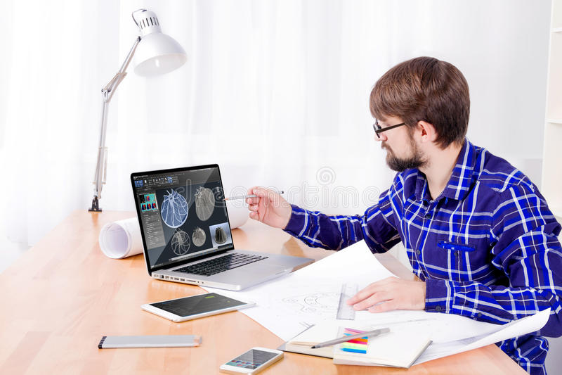 Инженер Cad на работе стоковые изображения