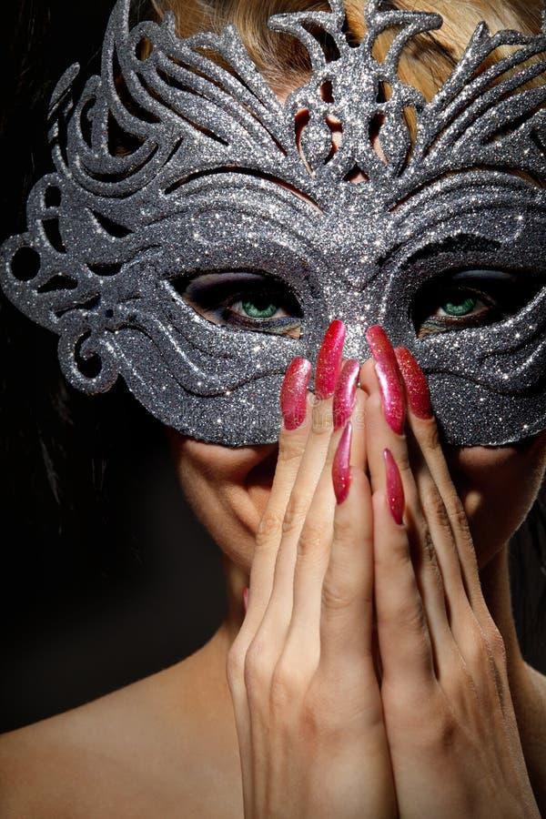 Инкогнитая женщина в стародедовской маске типа стоковая фотография