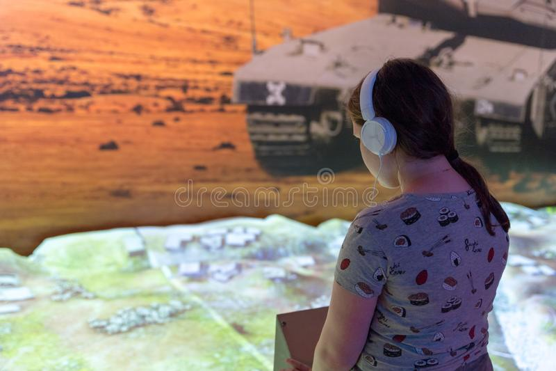 Инструктор говорит посетителям как использовать беспилотные воздушные корабли в армии на ` выставки армии наше ` IDF стоковое фото