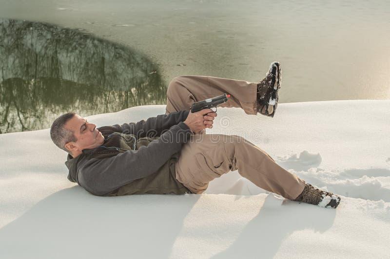 Инструктор демонстрирует положение тела стрельбы оружия на стрельбищ стоковые фотографии rf