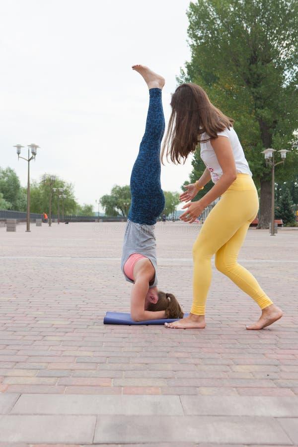 Инструктор и студенты йоги стоковая фотография rf