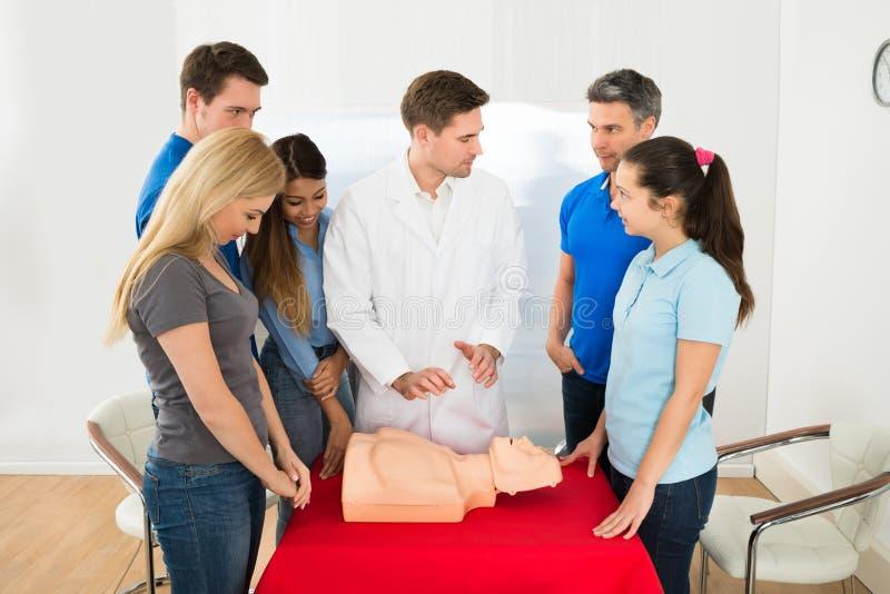 Инструктор класса здоровья демонстрируя методы cpr стоковое фото rf
