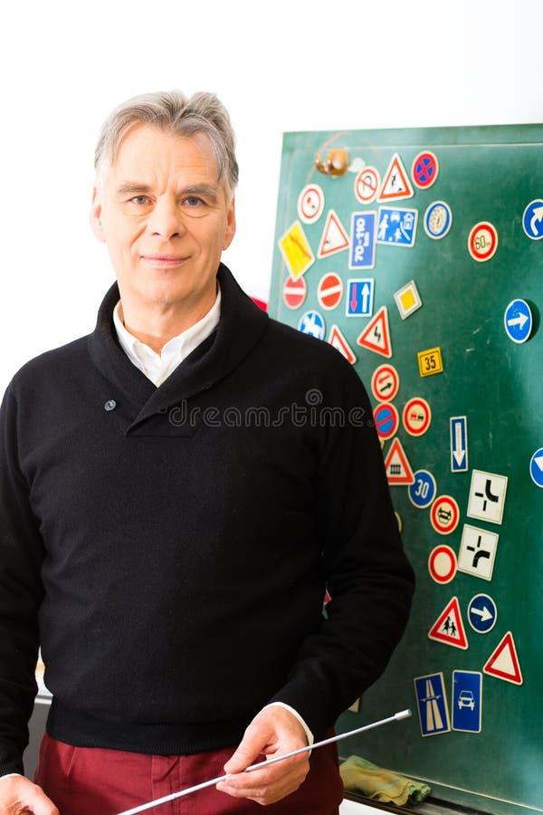 Инструктор по вождению с его классом стоковые изображения rf