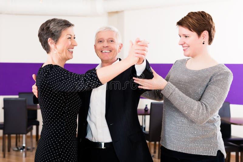 Инструктор танца с старшими парами стоковые фотографии rf