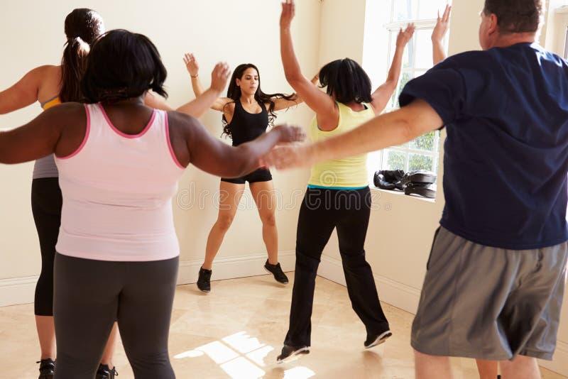 Инструктор фитнеса в классе тренировки для полных людей стоковые изображения