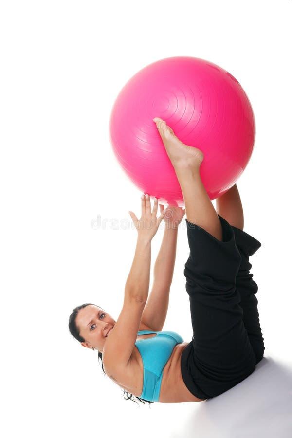 Инструктор фитнеса работая с шариком pilates стоковая фотография rf