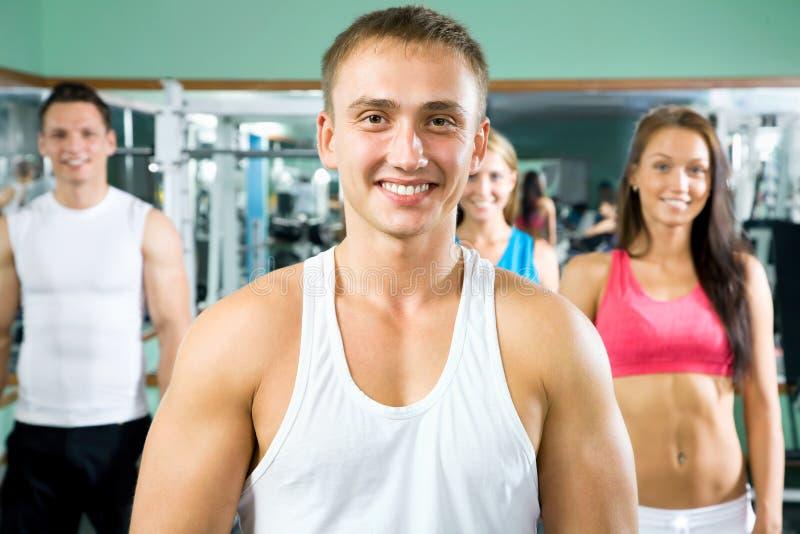 Инструктор фитнеса с людьми спортзала стоковая фотография