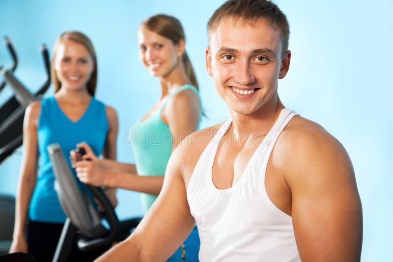 Инструктор фитнеса с людьми спортзала стоковые фото