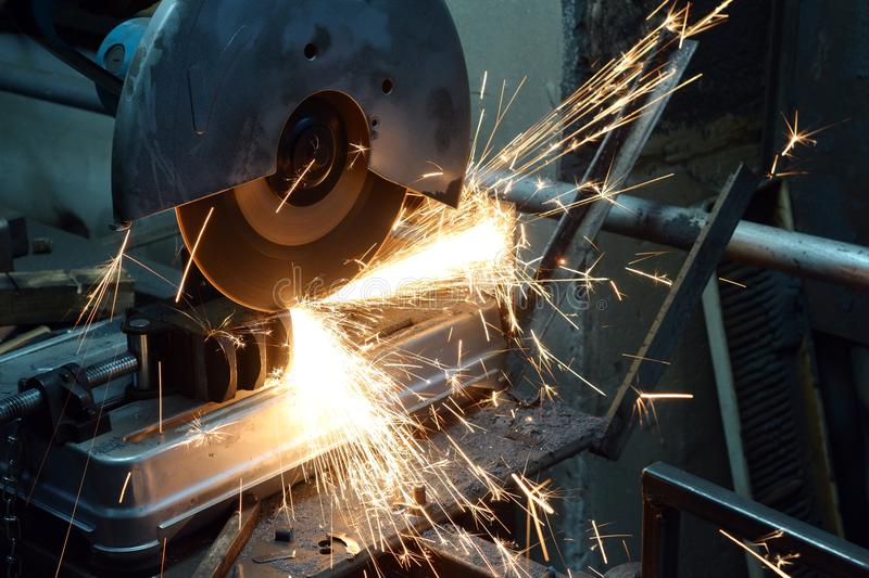 Инструментальный металл на токарном станке стоковое изображение