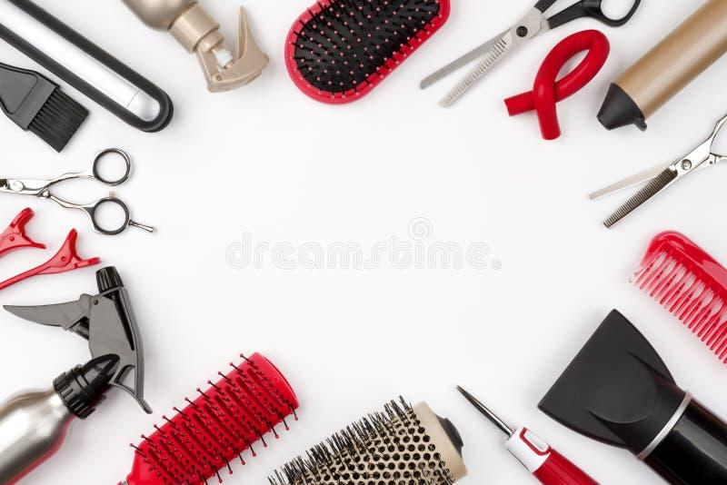 Инструменты волос изолированные на белых предпосылке, красоте и концепции парикмахерских услуг стоковое фото rf