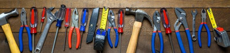 Инструменты деятельности на деревянной предпосылке стоковые изображения rf