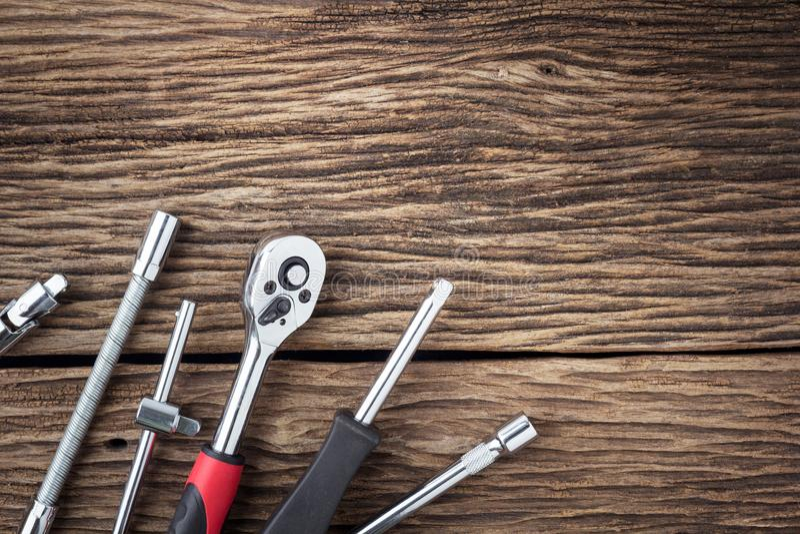 Инструменты деятельности на деревянной предпосылке стоковые фото