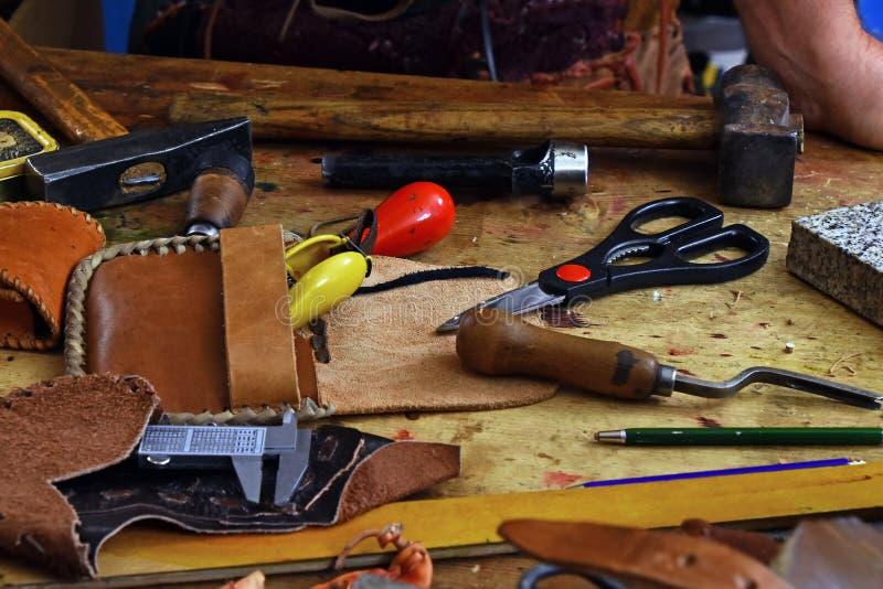 Инструменты деятельности Leathercraft на столе мастерской стоковое фото rf