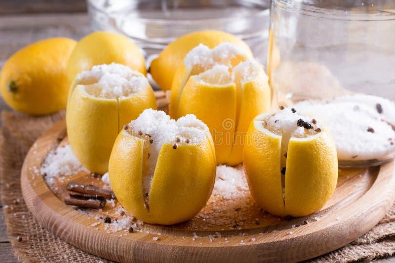 Инструменты для делать сохраненный морокканский лимон, лимоны, соль стоковые фото