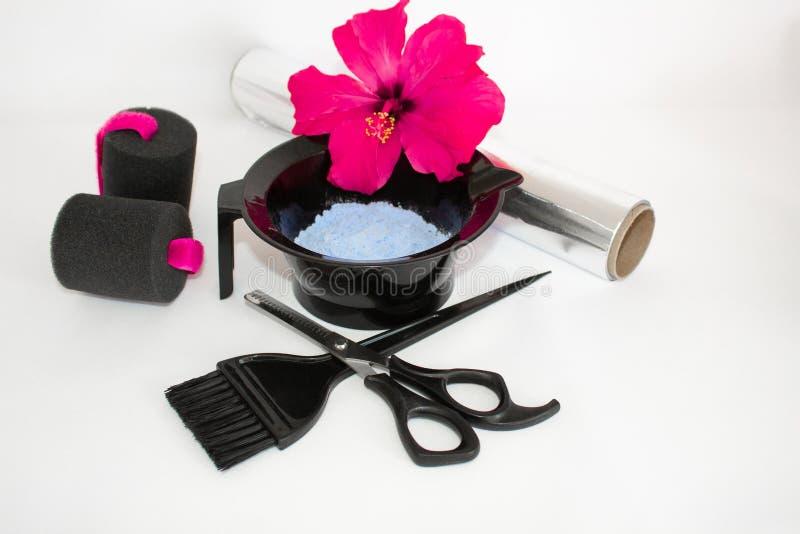 Инструменты для краски волос и предпосылки белизны hairdye Парикмахер установил с краской, фольгой и щеткой, ножницами и curlers  стоковая фотография rf