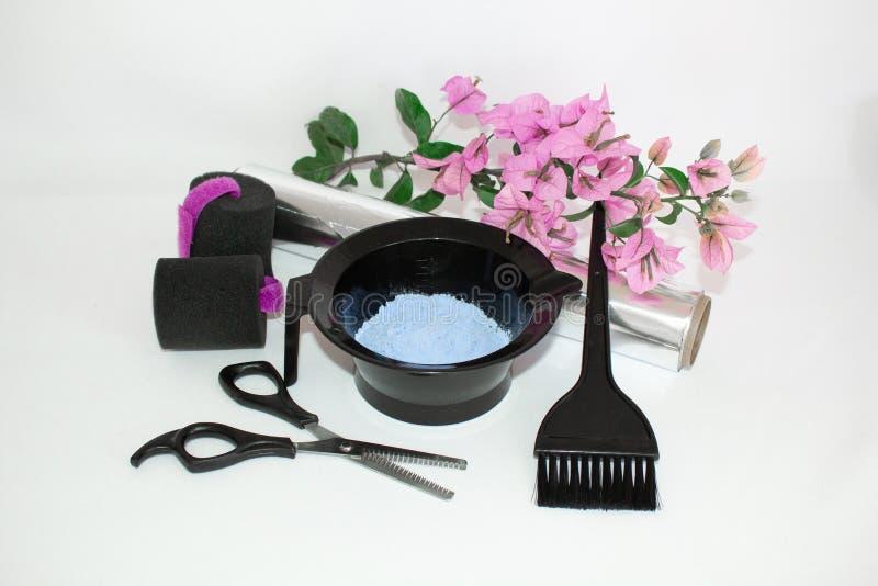 Инструменты для краски волос и предпосылки белизны hairdye Парикмахер установил с краской, фольгой и щеткой, ножницами и curlers  стоковые фото