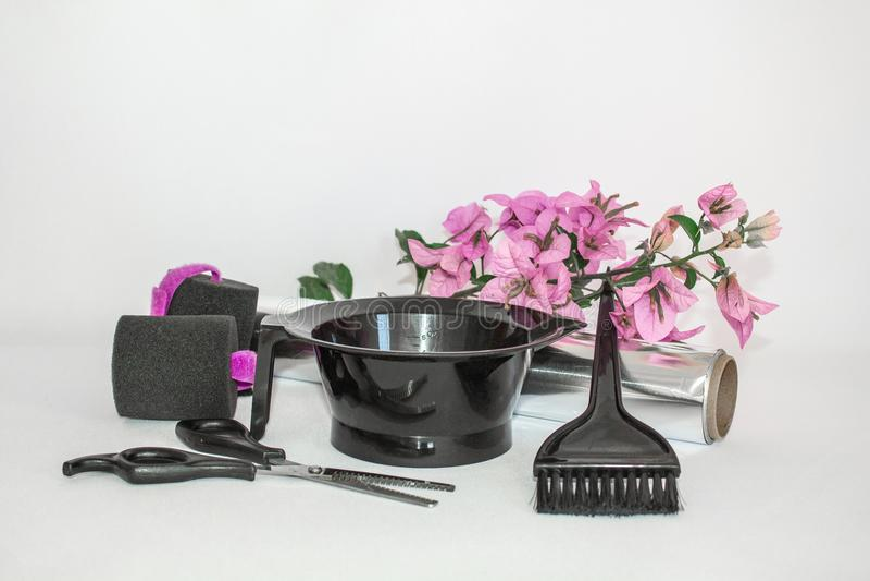 Инструменты для краски волос и предпосылки белизны hairdye Парикмахер установил с краской, фольгой и щеткой, ножницами и curlers  стоковые изображения rf
