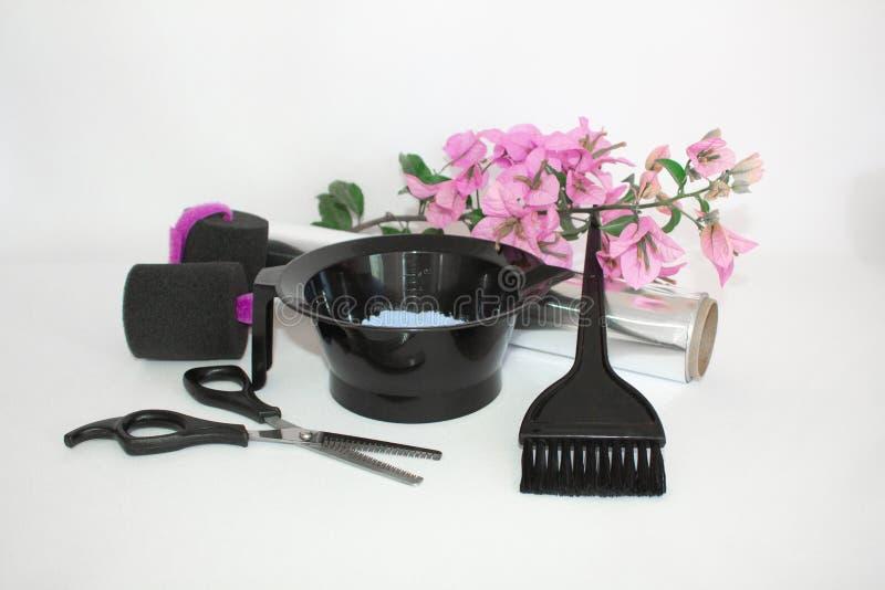 Инструменты для краски волос и предпосылки белизны hairdye Парикмахер установил с краской, фольгой и щеткой, ножницами и curlers  стоковые изображения