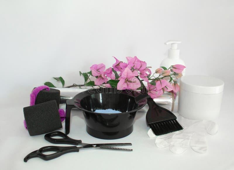 Инструменты для краски волос и предпосылки белизны hairdye Парикмахер установил с краской, фольгой и щеткой, ножницами и curlers  стоковое изображение