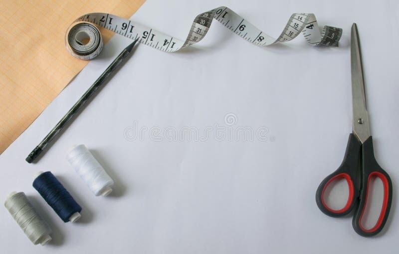 инструменты для шить и needlework миллиметровка инструменты для шить и needlework миллиметровка ножницы и правитель стоковое фото rf