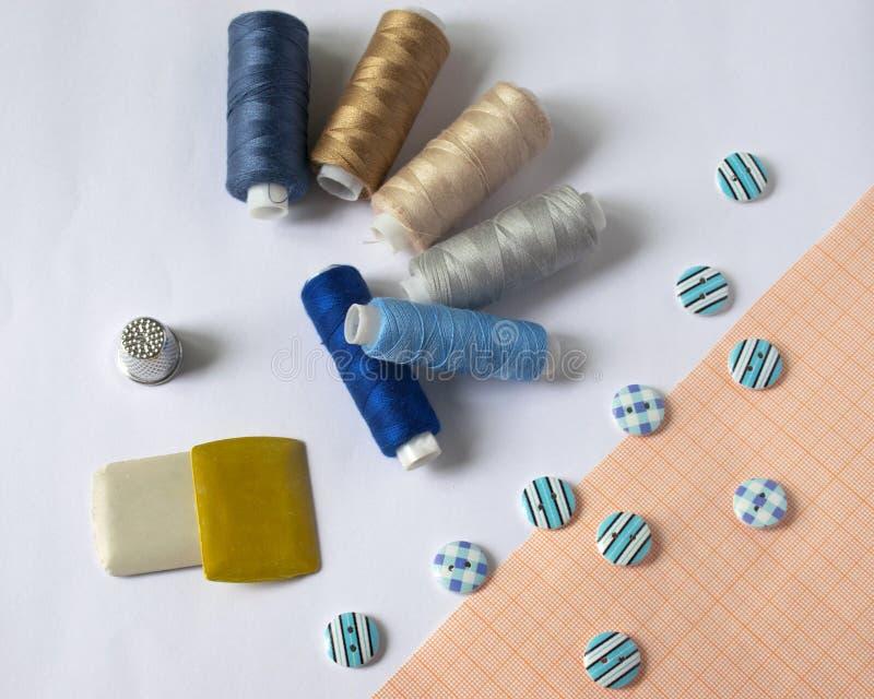 инструменты для шить и needlework t пестротканый шить поток кнопки стоковые изображения