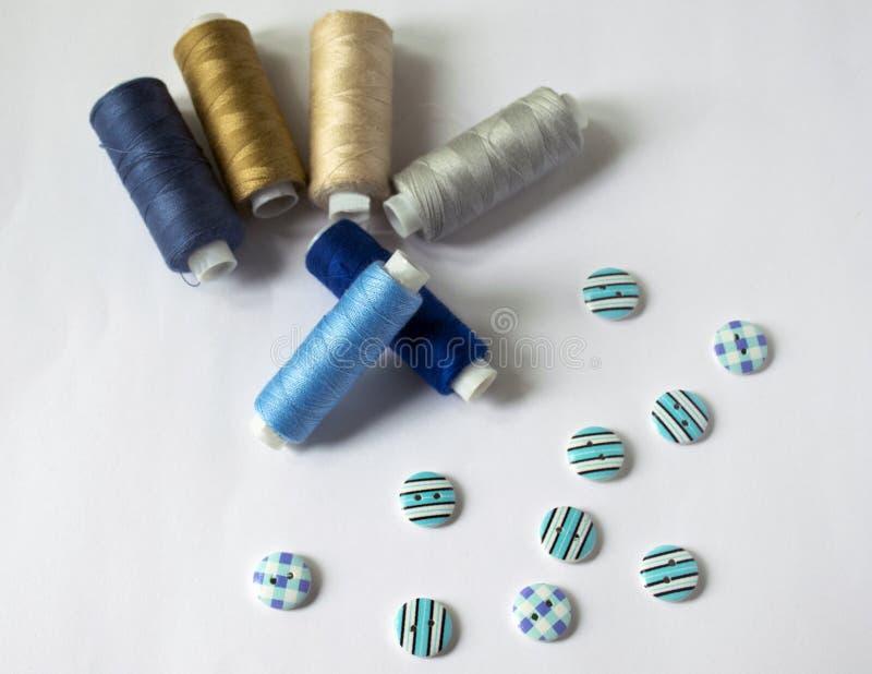 инструменты для шить и needlework t пестротканый шить поток кнопки стоковое фото rf