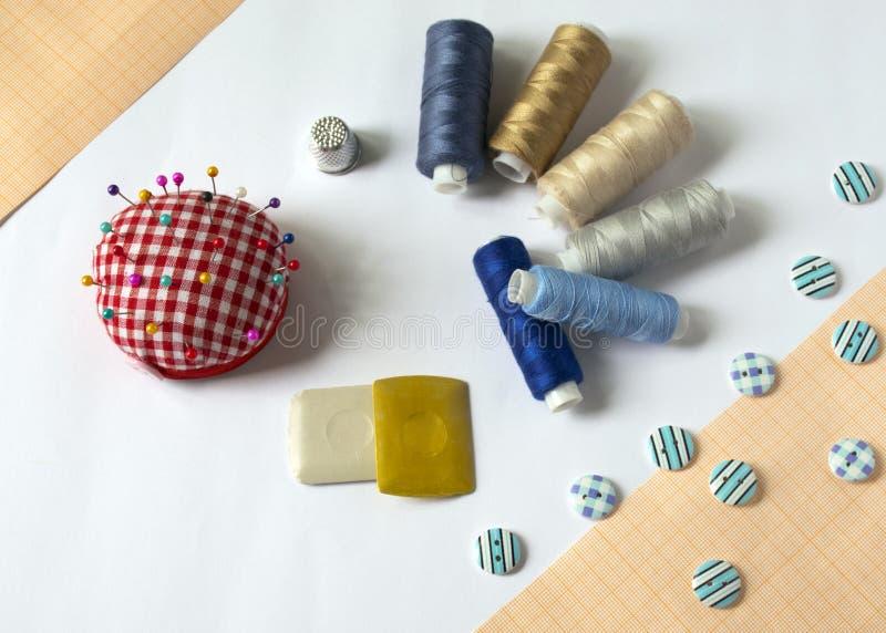 инструменты для шить и needlework t пестротканый шить поток кнопки стоковая фотография rf